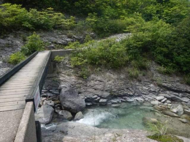 川原毛大湯滝への道