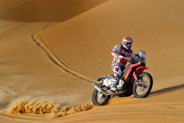 砂漠を走るライダー