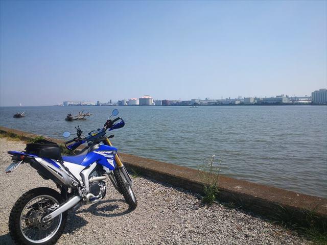 川のそばで休憩-画像