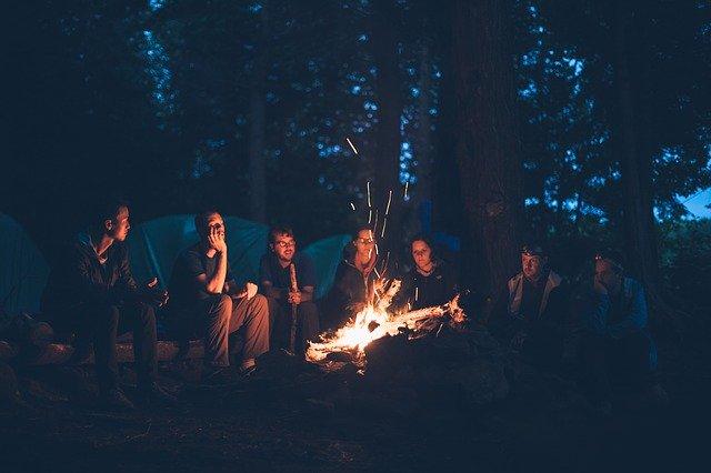 焚火を囲むキャンプ