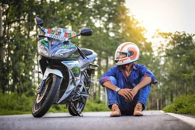 バイクと男性の画像